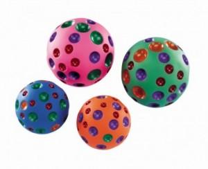 Nobby vinila bumbiņa dažādās krāsās ar pīkstuli
